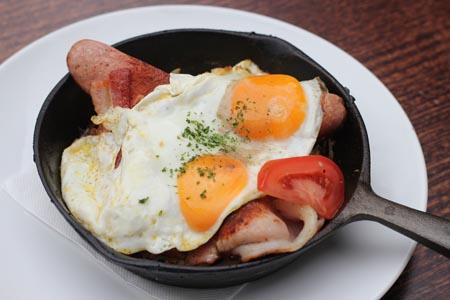 朝食/ランチ・メニューのファーマーズ・パンは目玉焼きだけではなくスクランブルなど好きな卵の調理法を選べる($15.90)